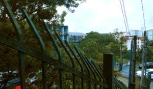 A escola vista de um acesso pela Avenida Gen. Asdrúbal da Cunha.