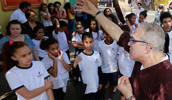 Professor Paulo Magalhães durante aula no centro de São Paulo (Foto: Robson Ventura/Folhapress)