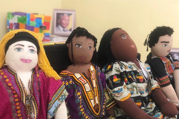 sofia, dayó, aziz e henrique os bonecos de pano da familia abayomi sentados