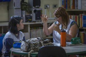 Tauani Donizetti Barbosa, que tem surdez severa, faz prova com professora que usa Libras