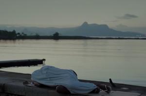 cena do documentário quando a casa é a rua com criança dormindo no chão no rio de janeiro