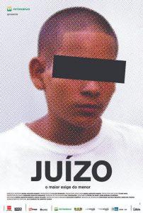 foto de menor de idade com cabeça raspada e uma tarja preta nos olhos