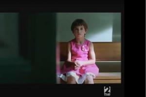 cena do filme vestido novo criança sentada triste usando vestido